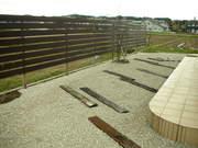 木製フェンスと砂利敷き