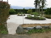 石張りで除草対策