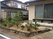小端石積の前庭